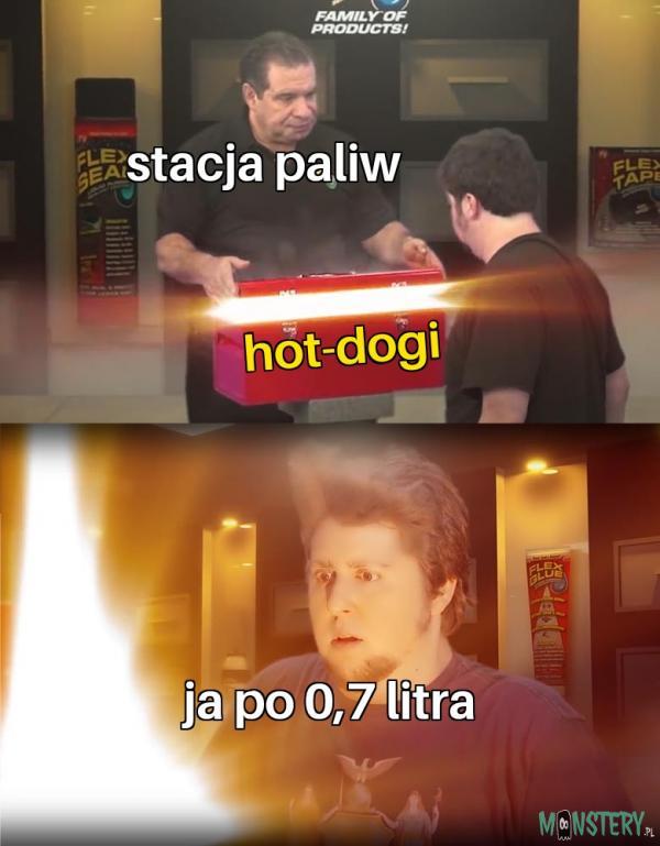 Klasyczne hot-dogi na stacji
